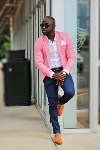 Comment porter: blazer rose, chemise de ville blanche, pantalon chino bleu marine, chaussures richelieu en cuir orange