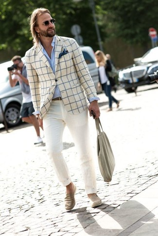 Comment porter: blazer à carreaux beige, chemise de ville bleu clair, pantalon chino beige, baskets à enfiler en denim beiges