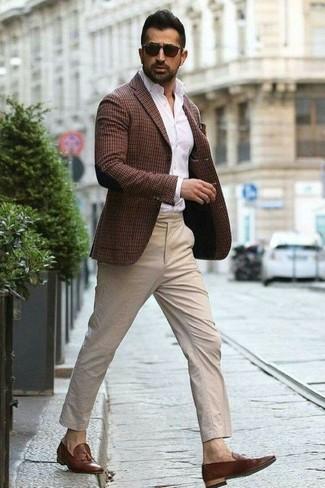 Comment porter: blazer à carreaux marron foncé, chemise de ville blanche, pantalon chino beige, mocassins à pampilles en cuir marron