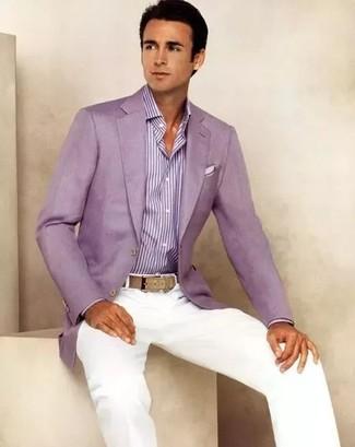 Comment porter une chemise de ville à rayures verticales pourpre: Associe une chemise de ville à rayures verticales pourpre avec un pantalon chino blanc pour prendre un verre après le travail.