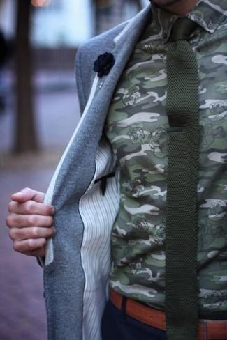 Comment porter: blazer en laine gris, chemise de ville camouflage olive, pantalon chino noir, cravate en tricot olive