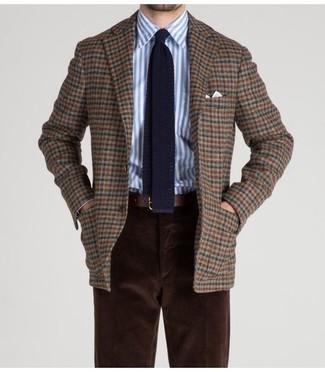 Comment porter: blazer en laine à carreaux marron, chemise de ville à rayures verticales blanc et bleu, pantalon chino en velours côtelé marron foncé, cravate en tricot bleu marine