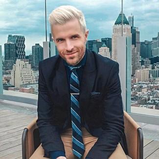 Comment porter une pochette de costume á pois noire et blanche: Pense à porter un blazer en laine bleu marine et une pochette de costume á pois noire et blanche pour un look confortable et décontracté.