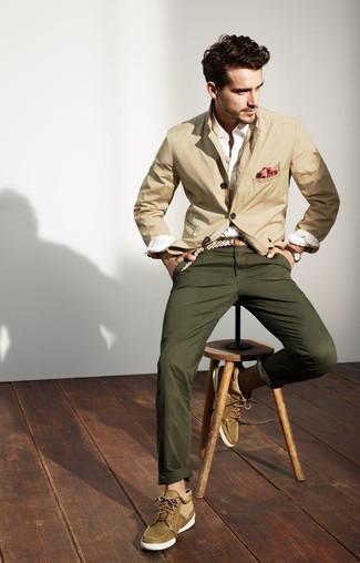 Comment porter: blazer en coton beige, chemise de ville blanche, pantalon chino olive, bottines chukka en daim olive