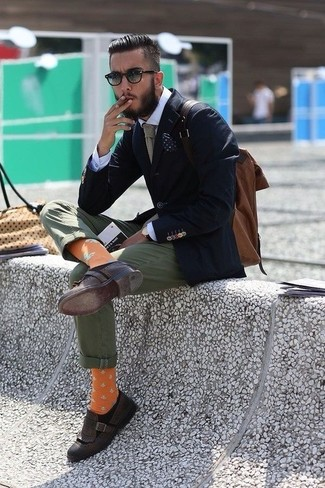 Comment porter: blazer bleu marine, chemise de ville blanche, pantalon chino olive, mocassins à pampilles en cuir marron foncé