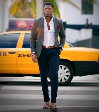 Comment porter: blazer en laine gris, chemise de ville blanche, pantalon chino bleu marine, slippers en cuir marron