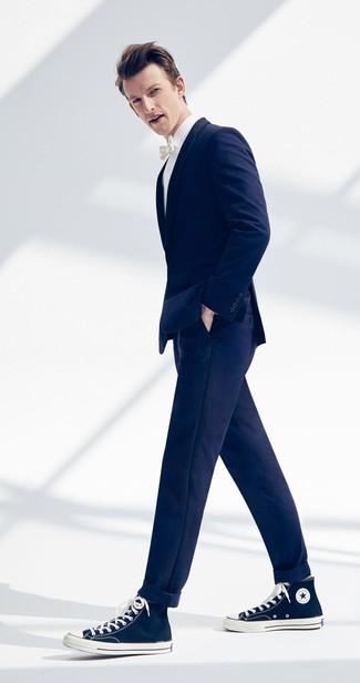 Comment porter: blazer bleu marine, chemise de ville blanche, pantalon chino bleu marine, baskets montantes en toile bleu marine