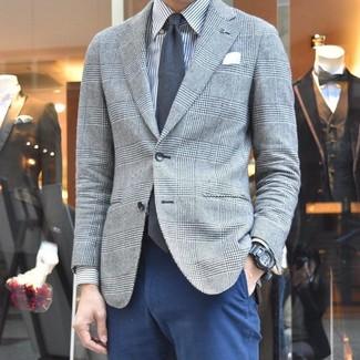 Comment porter une chemise de ville à rayures verticales grise: Choisis une chemise de ville à rayures verticales grise et un pantalon chino bleu marine pour achever un look habillé mais pas trop.