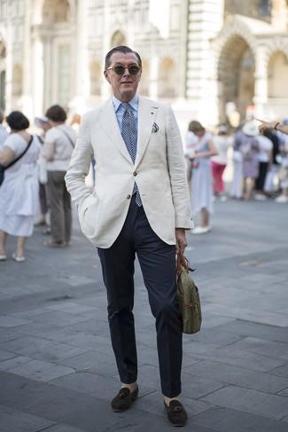 Comment porter un blazer en lin beige: Porte un blazer en lin beige et un pantalon chino bleu marine si tu recherches un look stylé et soigné. Une paire de des mocassins à pampilles en daim marron foncé est une façon simple d'améliorer ton look.