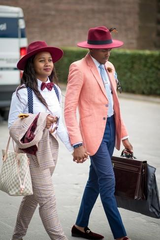Comment porter une serviette en cuir marron foncé: Pense à opter pour un blazer en lin rose et une serviette en cuir marron foncé pour une tenue idéale le week-end. D'une humeur créatrice? Assortis ta tenue avec une paire de des slippers en velours bordeaux.