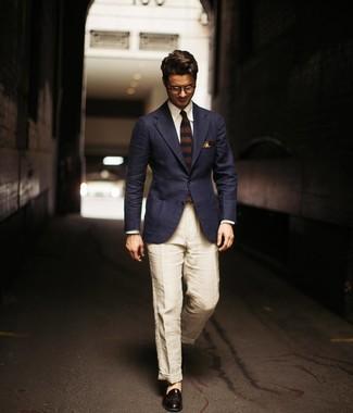 Comment porter: blazer bleu marine, chemise de ville blanche, pantalon chino en lin beige, slippers en cuir noirs