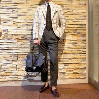 Comment porter: blazer à carreaux blanc, chemise de ville blanche, pantalon chino gris foncé, mocassins à pampilles en cuir bordeaux