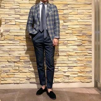 Comment porter: blazer écossais bleu marine, chemise de ville à rayures verticales blanche, pantalon chino bleu marine, mocassins à pampilles en daim noirs