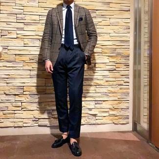 Comment porter: blazer à carreaux marron, chemise de ville bleu clair, pantalon chino bleu marine, mocassins à pampilles en cuir noirs