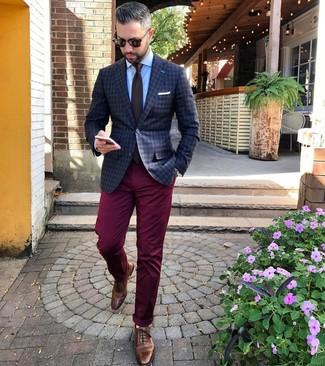 Comment porter: blazer à carreaux gris foncé, chemise de ville bleu clair, pantalon chino bordeaux, chaussures brogues en cuir marron