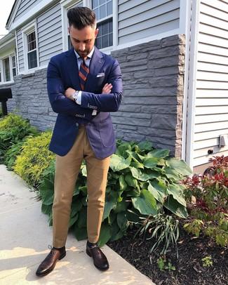 Comment porter: blazer bleu marine, chemise de ville bleu clair, pantalon chino marron clair, chaussures richelieu en cuir marron foncé
