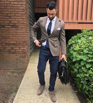 Comment porter: blazer écossais marron, chemise de ville blanche, pantalon chino bleu marine, double monks en daim marron