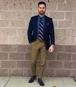 Tenue: Blazer bleu marine, Chemise de ville en chambray bleue, Pantalon chino olive, Chaussures richelieu en cuir bleu marine
