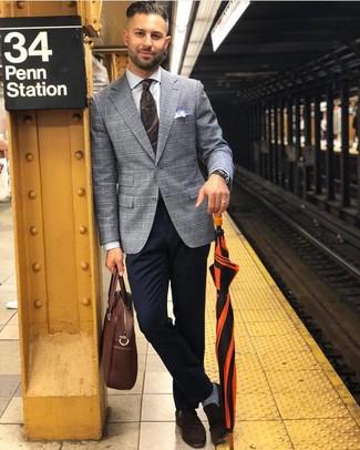 Comment porter: blazer écossais gris, chemise de ville blanche, pantalon chino bleu marine, slippers en daim marron foncé