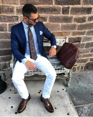 Comment porter une cravate imprimée cachemire vert foncé: Essaie de marier un blazer bleu marine avec une cravate imprimée cachemire vert foncé pour une silhouette classique et raffinée. Une paire de des chaussures richelieu en cuir marron foncé est une option avisé pour complèter cette tenue.