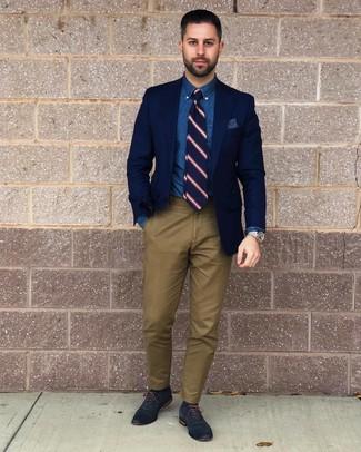 Comment porter: blazer bleu marine, chemise de ville en chambray bleue, pantalon chino olive, chaussures richelieu en cuir bleu marine