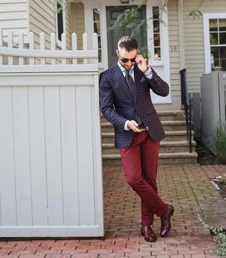 Comment porter: blazer à carreaux bleu marine, chemise de ville blanche, pantalon chino bordeaux, slippers en cuir bordeaux
