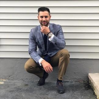 Comment porter: blazer écossais bleu, chemise de ville blanche, pantalon chino marron, chaussures richelieu en cuir bleu marine