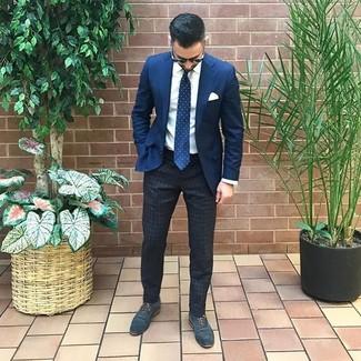 Comment porter: blazer bleu marine, chemise de ville blanche, pantalon chino à rayures verticales gris foncé, chaussures richelieu en cuir bleu marine