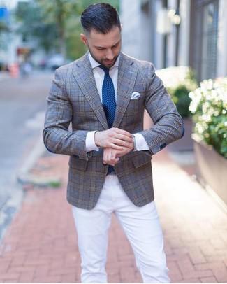 Comment porter: blazer écossais gris, chemise de ville blanche, pantalon chino blanc, cravate á pois bleu canard