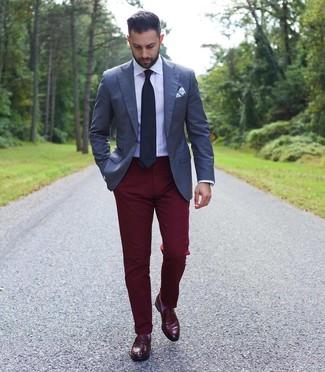 Comment porter: blazer bleu marine, chemise de ville blanche, pantalon chino bordeaux, slippers en cuir bordeaux