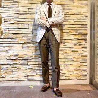 Comment porter: blazer à carreaux blanc, chemise de ville blanche, pantalon chino olive, mocassins à pampilles en daim olive