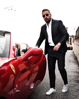 Comment porter: blazer noir, chemise de ville blanche, pantalon chino noir, baskets basses en cuir blanches