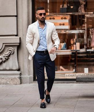 Comment porter un blazer blanc: Associe un blazer blanc avec un pantalon chino bleu marine pour un look idéal au travail. D'une humeur créatrice? Assortis ta tenue avec une paire de des mocassins à pampilles en cuir noirs.
