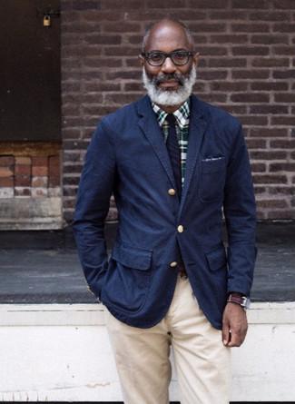Comment porter: blazer en coton bleu marine, chemise de ville écossaise vert foncé, pantalon chino beige, cravate à rayures verticales bleu marine