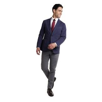 Comment porter: blazer bleu marine, chemise de ville blanche, pantalon chino gris foncé, bottines chukka en cuir noires
