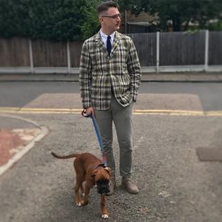 Comment porter: blazer écossais olive, chemise de ville blanche, pantalon chino gris, bottines chukka en daim grises