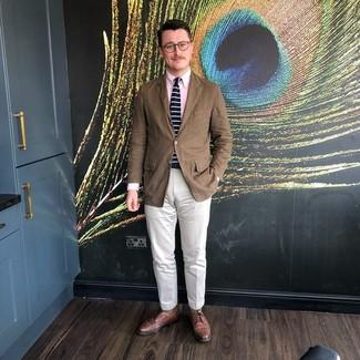 Comment porter un blazer marron: Perfectionne le look chic et décontracté avec un blazer marron et un pantalon chino blanc. Une paire de des chaussures brogues en cuir marron ajoutera de l'élégance à un look simple.