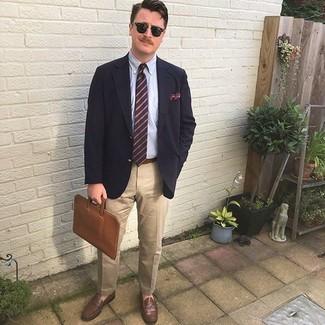Comment porter: blazer bleu marine, chemise de ville bleu clair, pantalon chino beige, slippers en cuir marron