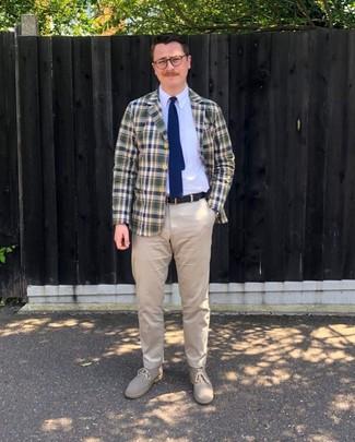Comment porter: blazer écossais bleu marine et vert, chemise de ville blanche, pantalon chino beige, bottines chukka en daim beiges