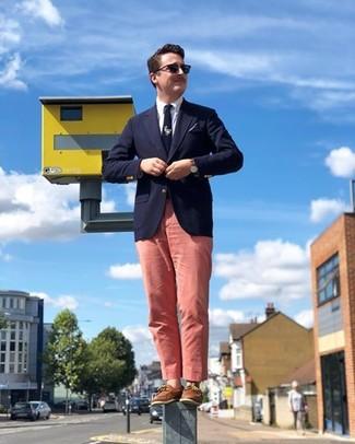 Comment porter: blazer bleu marine, chemise de ville blanche, pantalon chino rose, chaussures bateau en cuir marron