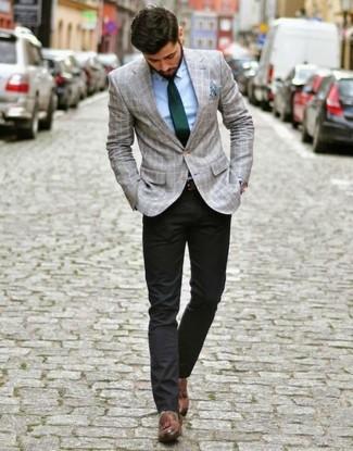 Comment porter des mocassins à pampilles en cuir marron: Pense à opter pour un blazer écossais gris et un pantalon chino noir pour achever un look habillé mais pas trop. Jouez la carte classique pour les chaussures et opte pour une paire de des mocassins à pampilles en cuir marron.