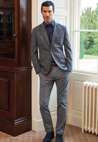 Comment porter un blazer en laine à carreaux gris: Pense à harmoniser un blazer en laine à carreaux gris avec un pantalon chino gris si tu recherches un look stylé et soigné. Une paire de des bottines chukka en daim bleu marine s'intégrera de manière fluide à une grande variété de tenues.