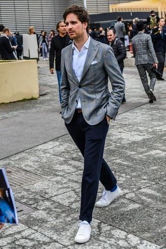 Comment porter une ceinture en cuir marron: Pense à porter un blazer écossais gris et une ceinture en cuir marron pour un look idéal le week-end. Jouez la carte classique pour les chaussures et fais d'une paire de des baskets basses blanches ton choix de souliers.