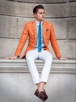 Comment porter des mocassins à pampilles en daim: Essaie d'harmoniser un blazer à carreaux orange avec un pantalon chino blanc si tu recherches un look stylé et soigné. Habille ta tenue avec une paire de des mocassins à pampilles en daim.