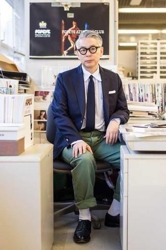 Comment porter un pantalon chino vert foncé: Pense à harmoniser un blazer bleu marine avec un pantalon chino vert foncé si tu recherches un look stylé et soigné. Rehausse cet ensemble avec une paire de des chaussures derby en cuir noires.