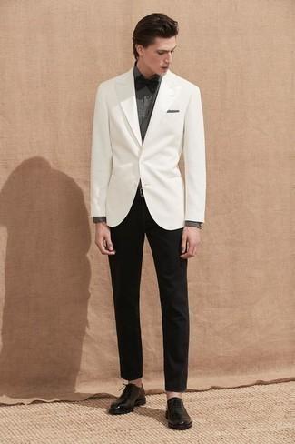 Comment porter un nœud papillon: Harmonise un blazer blanc avec un nœud papillon pour une tenue relax mais stylée. Apportez une touche d'élégance à votre tenue avec une paire de des chaussures richelieu en cuir noires.