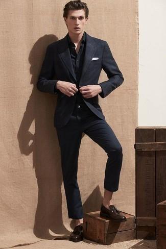 Comment porter un blazer écossais noir et blanc: Associe un blazer écossais noir et blanc avec un pantalon chino noir pour un look idéal au travail. Jouez la carte classique pour les chaussures et complète cet ensemble avec une paire de des mocassins à pampilles en cuir marron foncé.