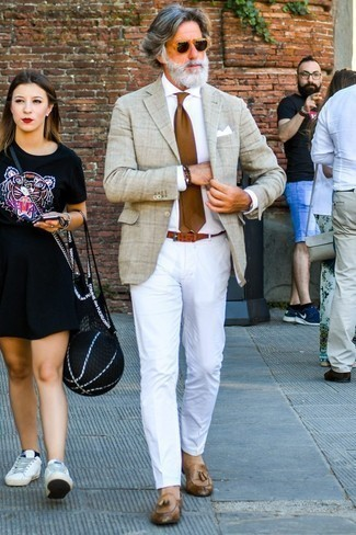 Comment porter un blazer à carreaux beige: Essaie d'harmoniser un blazer à carreaux beige avec un pantalon chino blanc pour prendre un verre après le travail. Termine ce look avec une paire de des mocassins à pampilles en cuir marron pour afficher ton expertise vestimentaire.