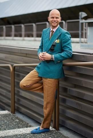 Comment porter un pantalon chino tabac: Pense à porter un blazer bleu canard et un pantalon chino tabac si tu recherches un look stylé et soigné. Une paire de des mocassins à pampilles en daim bleus apportera une esthétique classique à l'ensemble.
