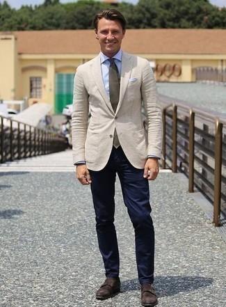Comment porter une cravate vert foncé: Porte un blazer beige et une cravate vert foncé pour dégager classe et sophistication. Tu veux y aller doucement avec les chaussures? Fais d'une paire de des double monks en daim marron foncé ton choix de souliers pour la journée.